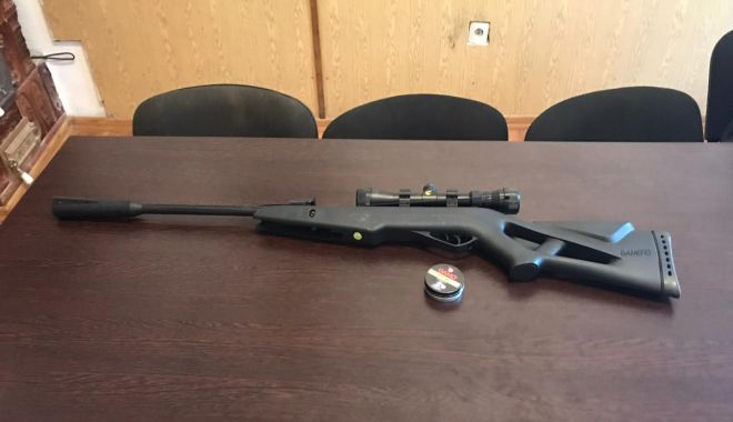 Foto: Armă cu aer comprimat, confiscată de polițiștii de frontieră
