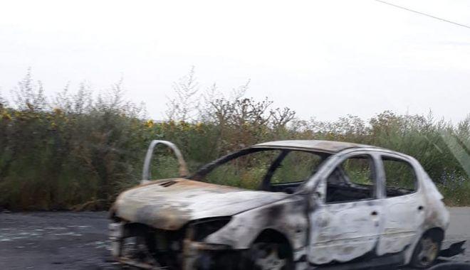Foto: O mașină a ars pe drumul spre Năvodari! Se circulă cu dificultate în zonă