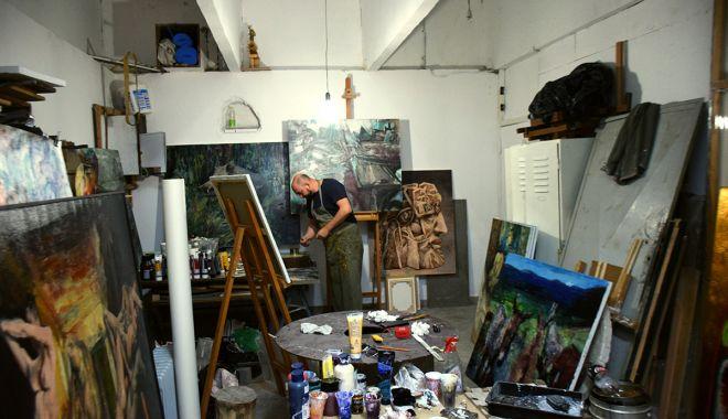 Foto: Artiștii se pregătesc pentru Bienala Internațională de Pictură