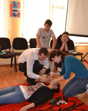 Tinerii constănțeni învață gratuit  cum să acorde primul ajutor - asmv2-1335879438.jpg