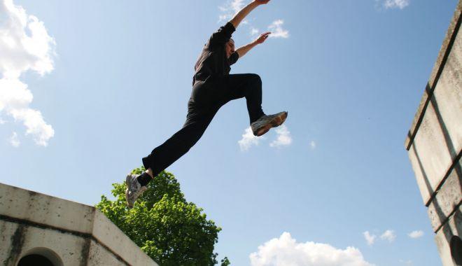 Un tânăr care făcea parkour a căzut în gol de pe terasa unui hotel - athleteparkourobstaclevienna-1614426739.jpg