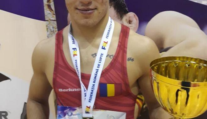Luptătorii de la CS Farul Constanța, sus pe podium, la Cupa României - auincheiat3-1574109737.jpg