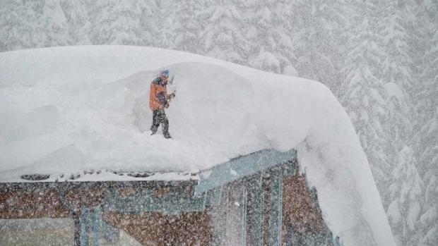 Foto: Iarna face ravagii în Austria. Avalanșele și căderile masive de zăpadă au provocat cinci morți, iar două persoane sunt dispărute