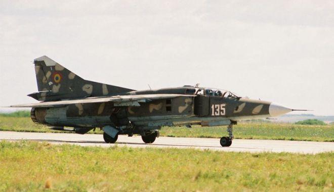 Foto: Piloți de elită, pe MiG-29. Aterizare de noapte, în condiții grele!