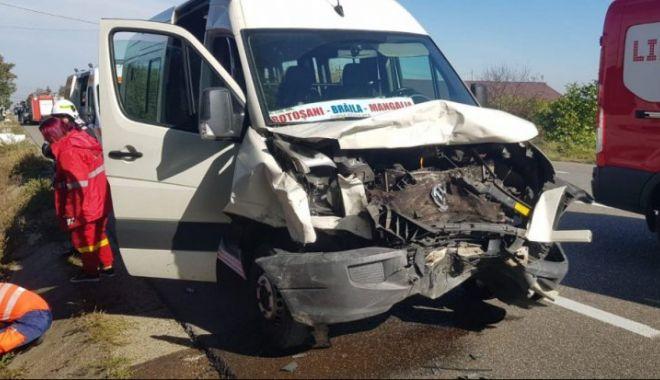 Foto: Șase victime, după ce un microbuz Botoșani – Mangalia s-a lovit frontal cu o mașină