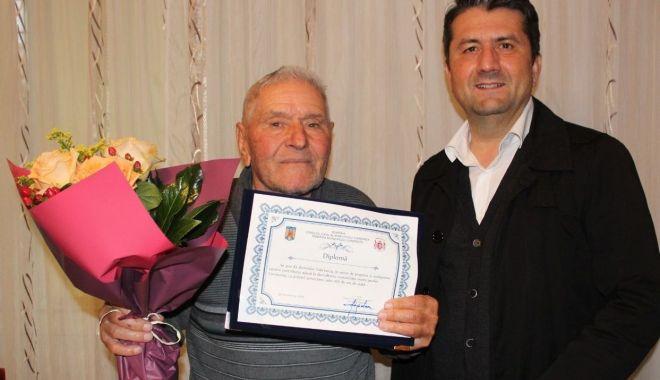 Foto: Constănțean de 100 de ani, premiat de primarul Decebal Făgădău