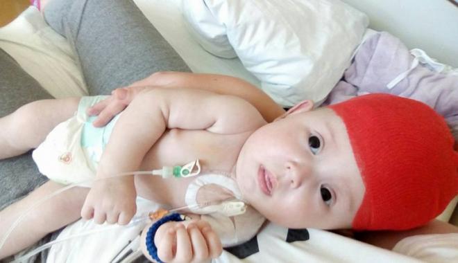 Foto: O mamă luptă pentru viața copilului ei. Bebelușul de numai trei luni a suportat deja trei intervenții chirurgicale
