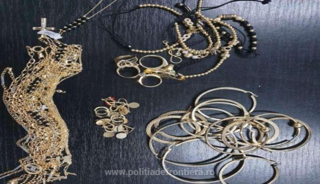 Aproape 1 kg de bijuterii din aur, confiscate la vamă - bi43221700-1562930945.jpg