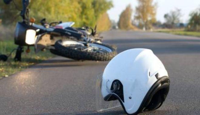 Foto: Motociclist rănit, după ce a fost lovit de o mașină de poliție