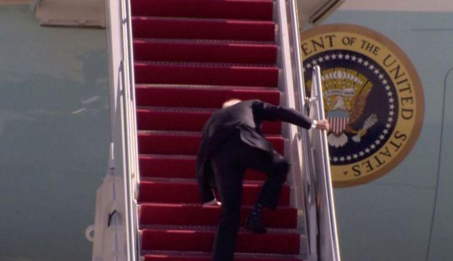NEW YORK POST - VIDEO/Joe Biden a căzut pe scara avionului Air Force One după ce s-a împiedicat de trei ori - biden-1616184167.jpg