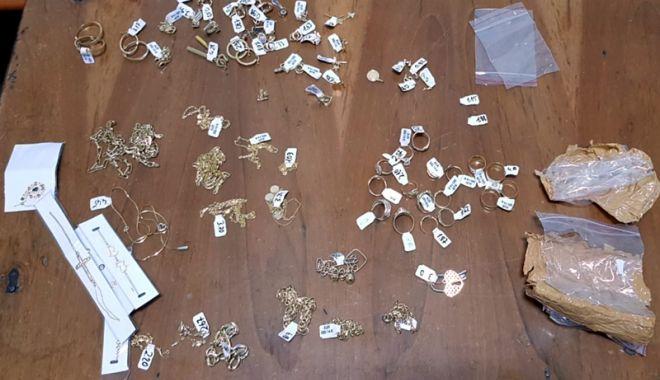 Foto: Peste 200 grame bijuterii din aur, confiscate de polițiștii de frontieră, la Vama Veche