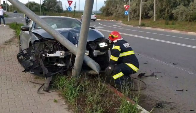 Foto: BMW de ultimă generație, lovit  de un stâlp, în Mamaia.  Ce a făcut șoferul fugar