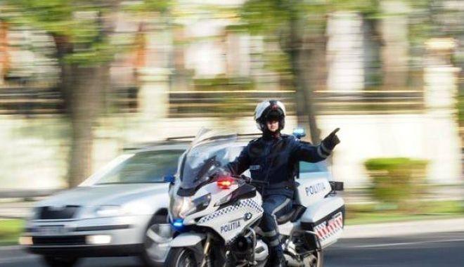 Foto: Polițist pe motocicletă, accidentat de un șofer neatent