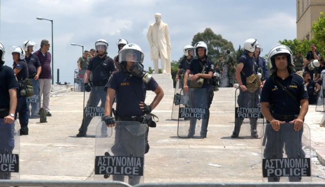 Atentat cu bombă  împotriva unei bănci din Atena - bombabancaatena-1492692505.jpg