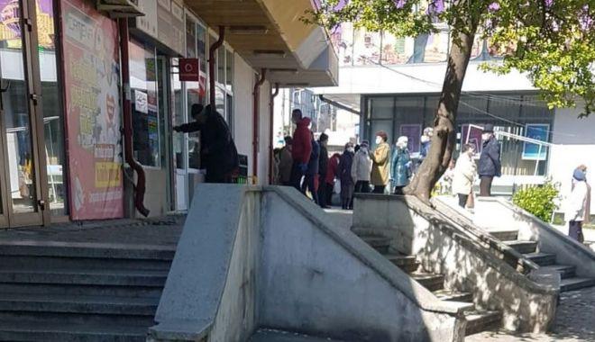 GALERIE FOTO / Unde-i starea de urgență?! Străzi și magazine aglomerate, în Constanța! - brotaceiaglomeratie3-1585906472.jpg