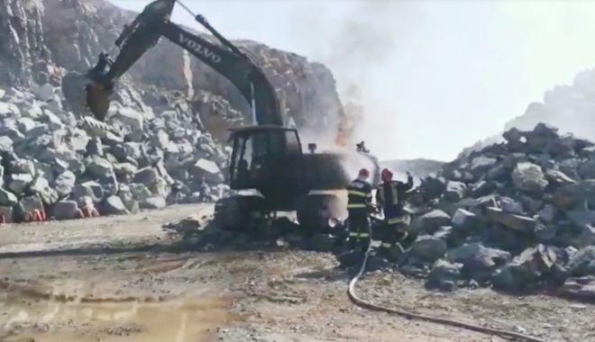 VIDEO / INCENDIU ÎNTR-O CARIERĂ DE PIATRĂ din județul Constanța - buldo-1594022909.jpg