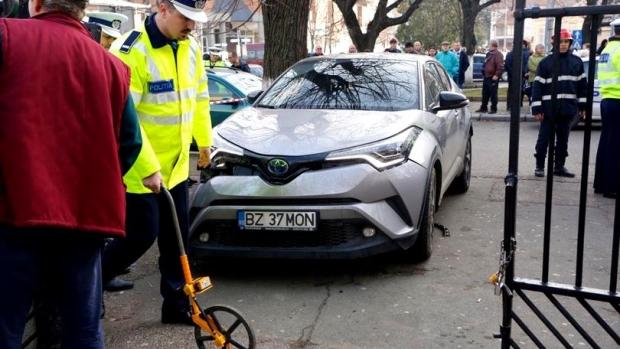 Foto: DOSAR PENAL pentru directoarea care a lovit cu mașina zece părinți care își așteptau copiii