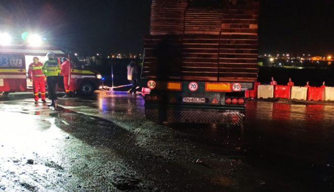 Foto: Camion răsturnat la ieșire de pe autostrada A4. Șoferul a fost rănit