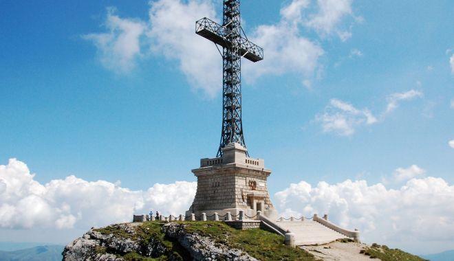 """Foto: S-au reluat lucrările de reabilitare a Monumentului eroilor """"Crucea Caraiman"""""""