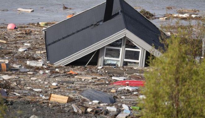 Galerie FOTO/VIDEO. Alunecare masivă de teren. Opt clădiri au fost aruncate în mare - casa-1591277574.jpg