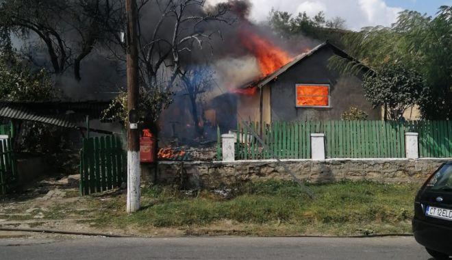 Foto: Casă mistuită de flăcări, din cauza unei lumânări