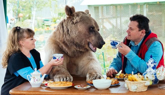 Foto: Cel mai ciudat cuplu de ruși. Au adoptat un urs