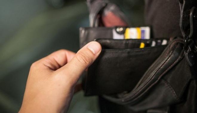 Foto: Cercetat în libertate după ce a furat telefonul și cardul unei femei