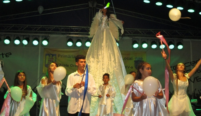 Foto: Seniorii orașului Cernavodă, vizitați de micii dansatori ai Ansamblului Mugurelul