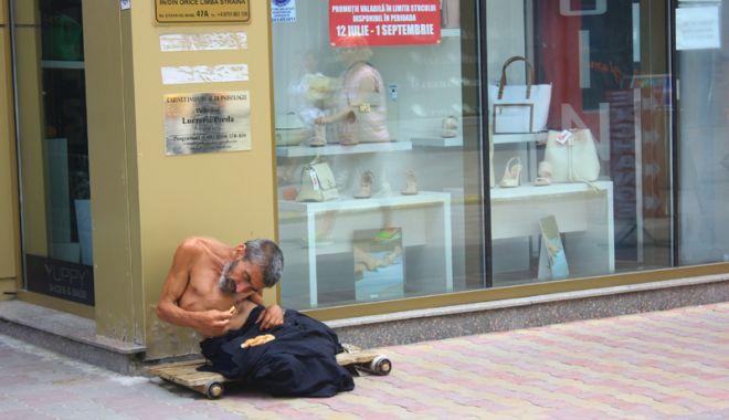 Constanța, raiul cerșetorilor! Au venit  la malul mării să facă un ban peste vară - cersetor4-1529683300.jpg
