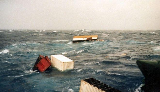 Circa o sută de containere plutesc în derivă în Pacificul de Nord - circaosutadecontainereplutescind-1611316245.jpg
