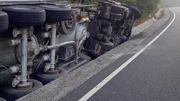 Foto: TRAGEDIE RUTIERĂ! Un șofer a adormit la volan și s-a răsturnat cu cisterna în șanț