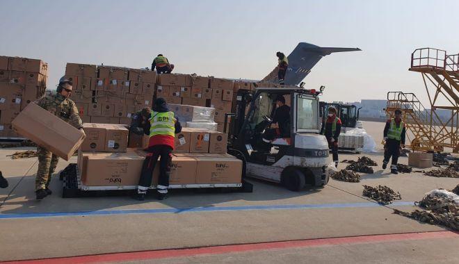 Foto: 100.000 de combinezoane de protecție, aduse din Coreea de Sud cu o aeronavă NATO