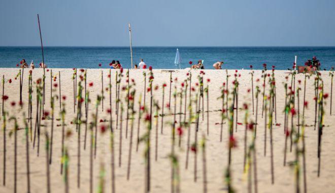 Plaja Copacabana acoperită de trandafiri roşii în memoria celor 500.000 de brazilieni răpuşi de Covid-19 - copacabana1-1624257338.jpg