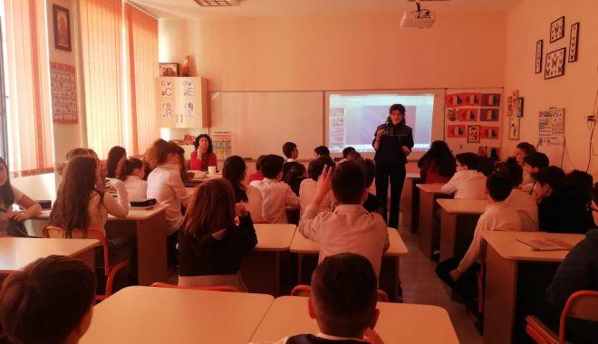 Foto: Clase de elevi din Constanța, vizitate de polițiști