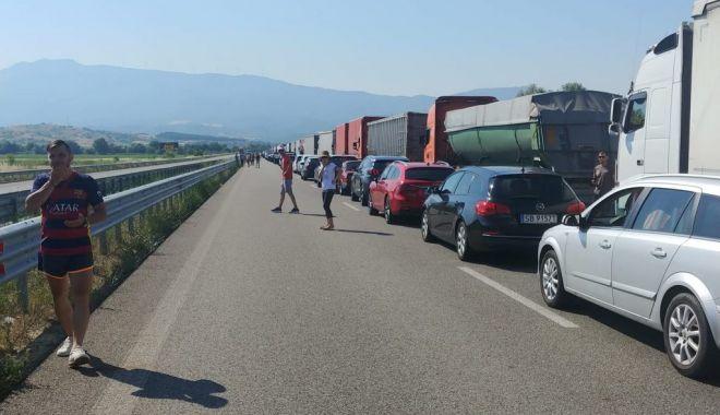 MAE: Coadă de 12 kilometri la granița între Bulgaria și Grecia. Se așteaptă șase ore - cozi-1593866317.jpg