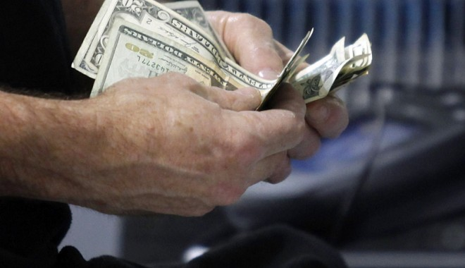 Foto: Ce e mic, scump și greu de obținut? Creditul bancar!