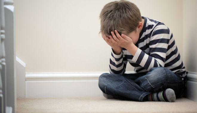 Foto: Cresc cu dor în suflet! Mii de copii lăsați în urmă de părinții plecați la muncă în străinătate