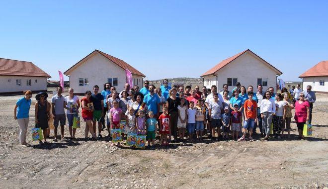 Foto: Opt familii din Cumpăna și-au văzut visul cu ochii. Au primit cheile noilor locuințe