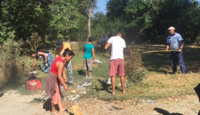 """Foto: Au făcut curățenie la fostul complex sportiv din """"Badea Cârțan"""""""
