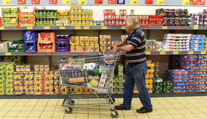 Foto: Case prioritare pentru persoanele peste 65 de ani, în marile magazine