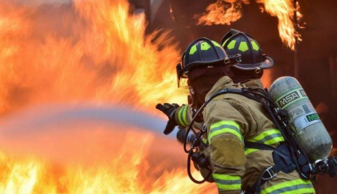Foto: Incendiu cu pericol de explozie la hală! Pompierii acționează!