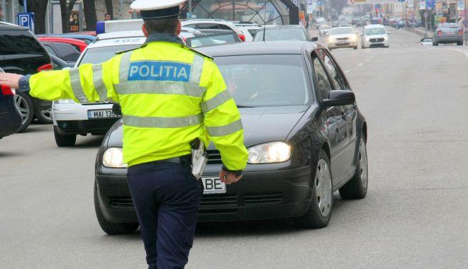 Foto: Pe șosele, fără permis… până l-au oprit polițiștii