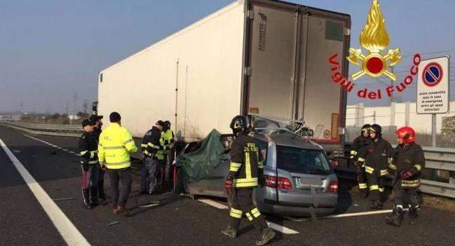 Foto: TRAGEDIE ÎN ITALIA! Au intrat cu mașina sub TIR-ul unui șofer român