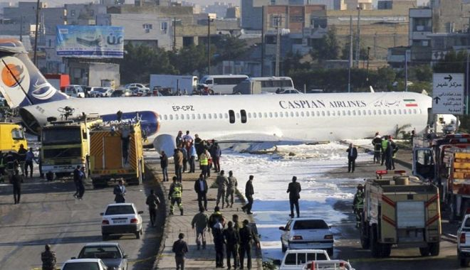 Un avion de pasageri a ratat aterizarea și a ajuns pe autostradă! - ddd-1580121681.jpg