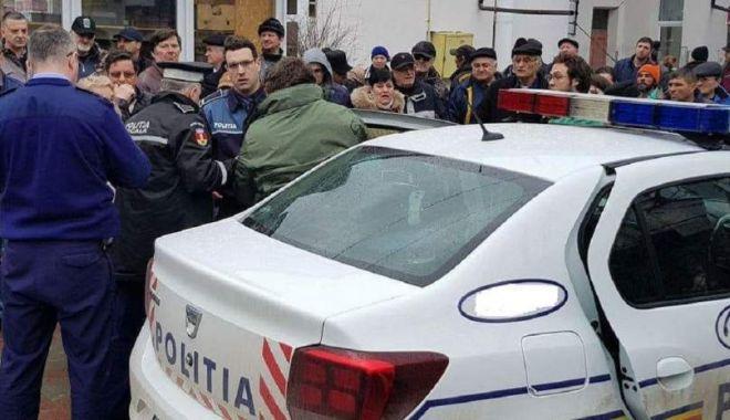 Foto: IDEE NEINSPIRATĂ: A încercat să fure un portofel sub ochii polițiștilor!