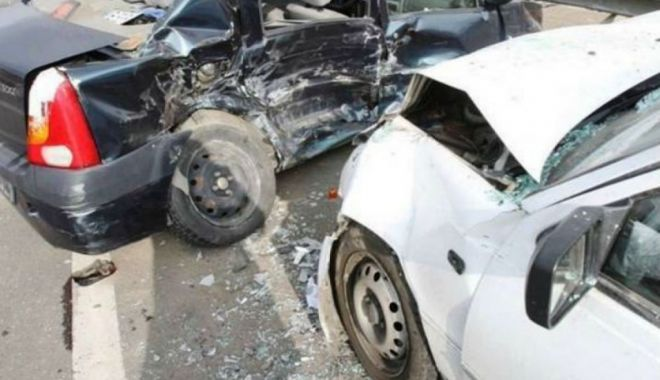 Foto: Copil aruncat din mașină, după o ciocnire în intersecție. Medicii nu au mai putut face nimic…