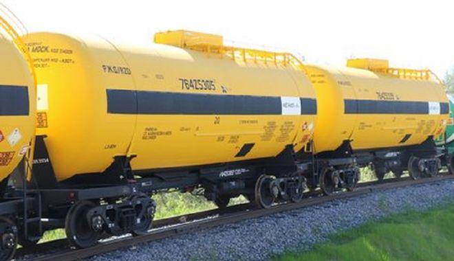 Foto: PERICOL EXTREM! Scurgere de metanol la un tren lovit de mașină