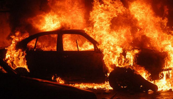 Foto: Incendiu în parcare. Tânăr gelos pe iubită, suspect principal