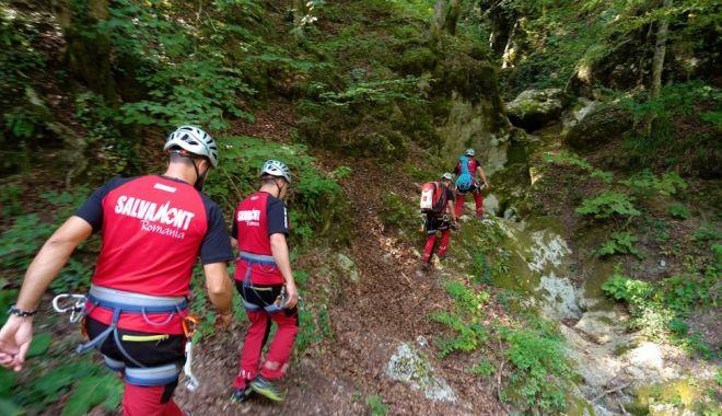 Foto: Misiune de salvare în munți. Victima, transportată la spital