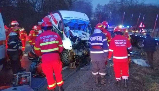 Foto: Accident mortal pe DN1! Microbuz distrus de autotren!